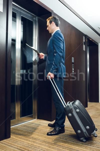 бизнесмен ждет отель лифта коридор чемодан Сток-фото © LightFieldStudios