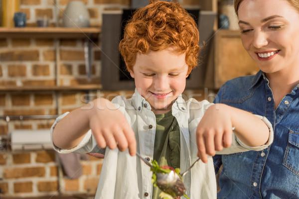 Zoon helpen moeder koken diner portret Stockfoto © LightFieldStudios