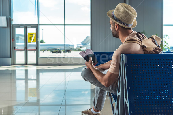 Reiziger tickets wachten iemand luchthaven kleding Stockfoto © LightFieldStudios