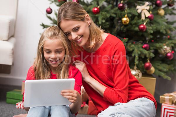 ストックフォト: 母親 · 娘 · デジタル · タブレット · 幸せ · クリスマスツリー