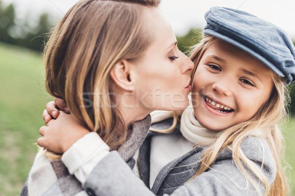 Madre hija retrato feliz besar Foto stock © LightFieldStudios