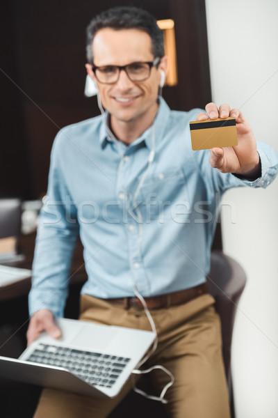 Geschäftsmann halten Kreditkarte Laptop Stock foto © LightFieldStudios