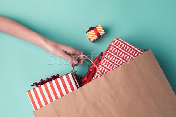 Kéz tart papírzacskó ajándékok lövés női Stock fotó © LightFieldStudios