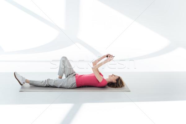 Gülümseyen kadın yoga mat kadın uygunluk Stok fotoğraf © LightFieldStudios