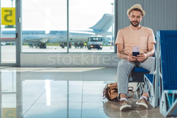 Turísticos espera embarque solitario pasaporte billete Foto stock © LightFieldStudios