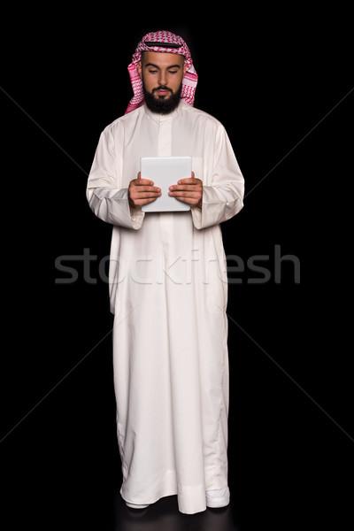 Muzułmanin człowiek cyfrowe tabletka młodych odizolowany Zdjęcia stock © LightFieldStudios
