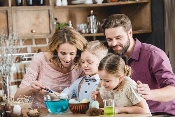 Familia Pascua familia feliz cuatro sesión mesa Foto stock © LightFieldStudios