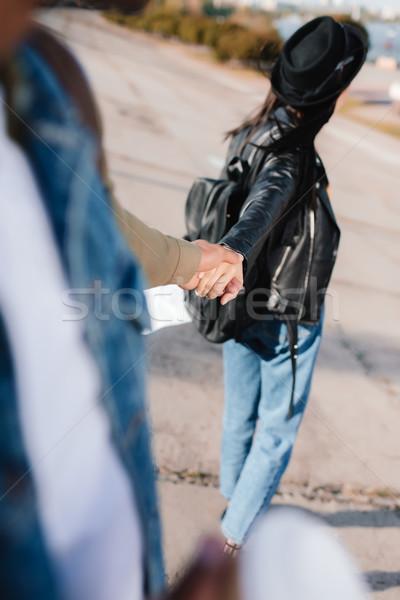 пару , держась за руки избирательный подход ходьбе улице городского Сток-фото © LightFieldStudios
