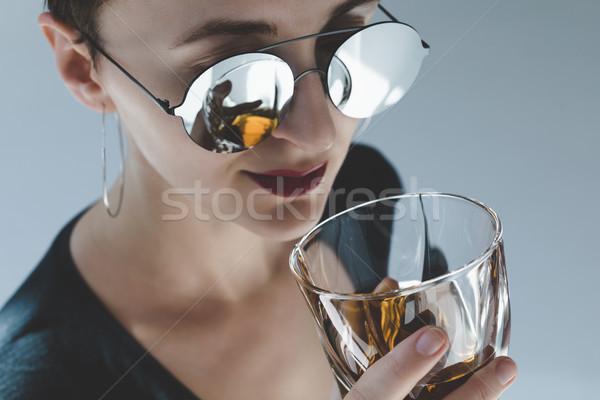 Vrouw drinken whiskey mooie Stockfoto © LightFieldStudios