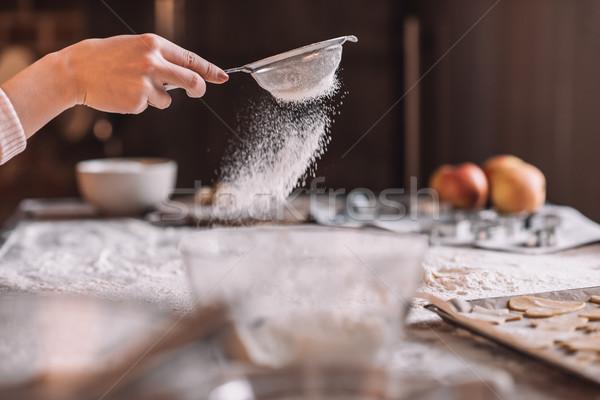 Primer plano vista mano humana harina mesa de cocina Foto stock © LightFieldStudios