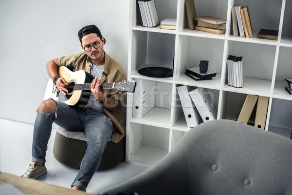 Spelen gitaar knap jonge muzikant vergadering Stockfoto © LightFieldStudios