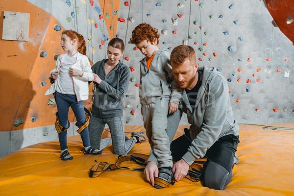 Rodziców dzieci rodziców wspinaczki ściany dziewczyna Zdjęcia stock © LightFieldStudios