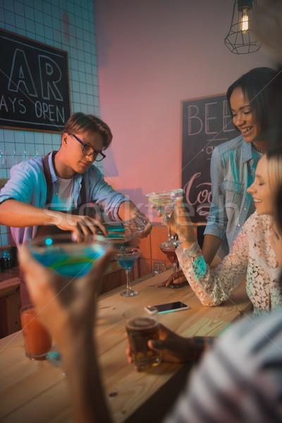 Alcohol cocktail jonge vrienden bar Stockfoto © LightFieldStudios