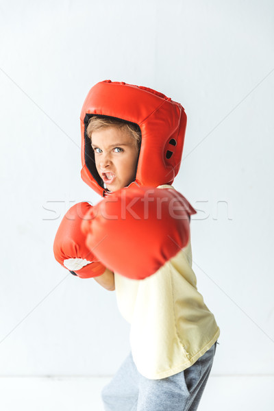 Jongen bokshandschoenen helm vechten naar camera Stockfoto © LightFieldStudios