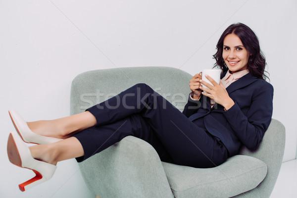 Zakenvrouw beker warme drank glimlachend jonge ontspannen Stockfoto © LightFieldStudios