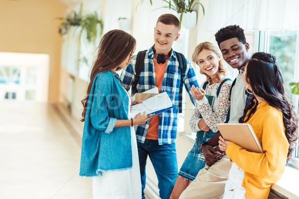 Studentów mówić praca domowa wraz kolegium korytarz Zdjęcia stock © LightFieldStudios