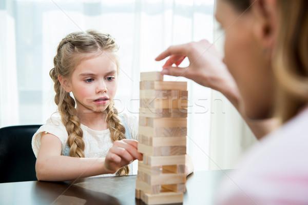 Anne konsantre küçük kız oynama oyun Stok fotoğraf © LightFieldStudios