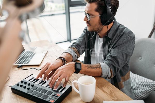 Zenész játszik figyelmes fiatal néz laptop Stock fotó © LightFieldStudios