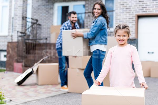Famille déplacement jeunes cases Photo stock © LightFieldStudios