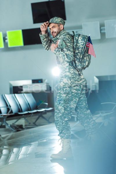 Sorridente soldado militar forma vista lateral caminhada Foto stock © LightFieldStudios