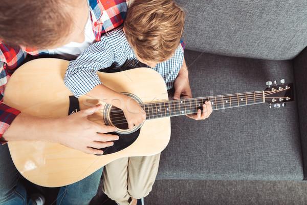 Stok fotoğraf: Baba · oğul · oynama · gitar · görmek · oturma · kanepe