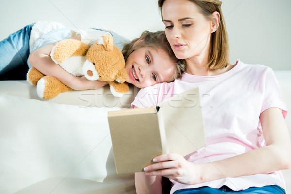 Souriant mère fille Nounours lecture livre Photo stock © LightFieldStudios
