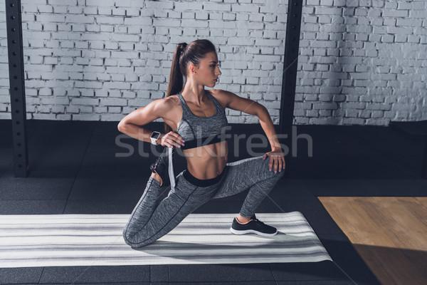 Vrouw zijaanzicht jonge opleiding gymnasium Stockfoto © LightFieldStudios