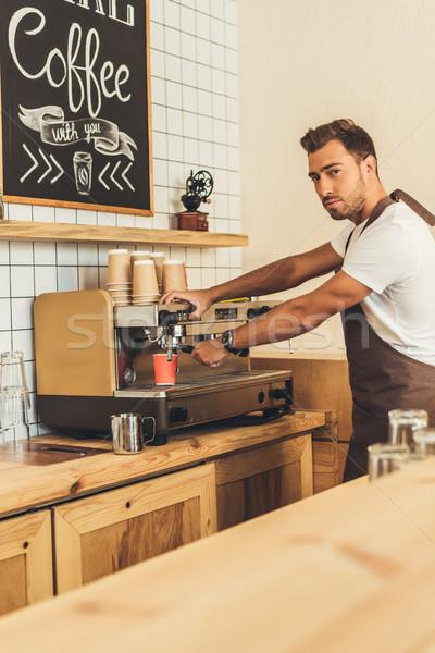 Barista koffie zijaanzicht schort Stockfoto © LightFieldStudios