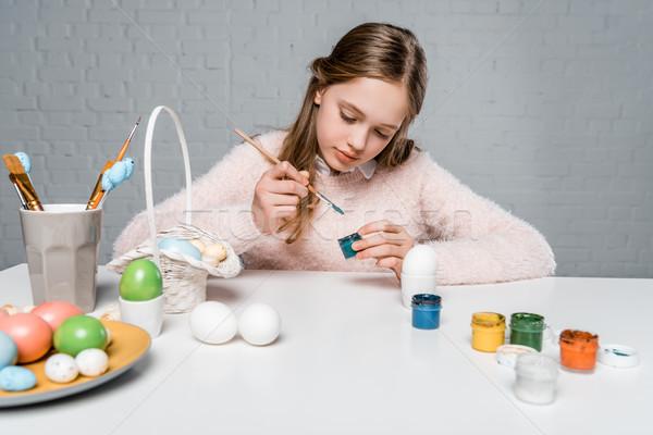 Aanbiddelijk gericht kind schilderij paaseieren tabel Stockfoto © LightFieldStudios