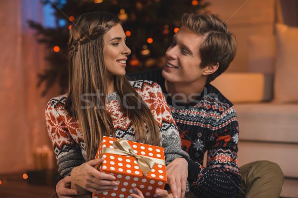 Uomo fidanzata Natale presenti ritratto Foto d'archivio © LightFieldStudios
