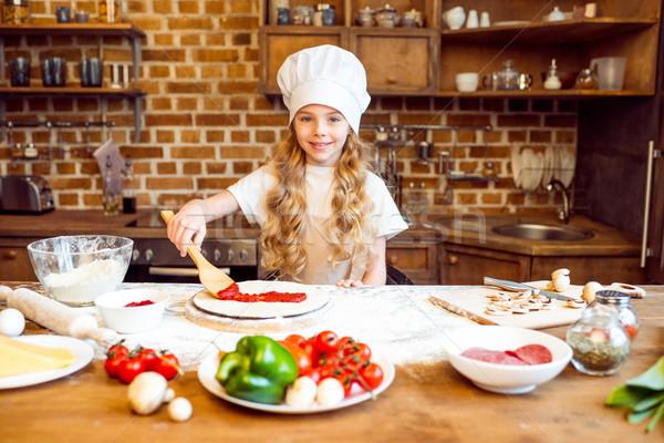 Mosolyog lány szakács sapka paradicsomszósz pizza sajt Stock fotó © LightFieldStudios