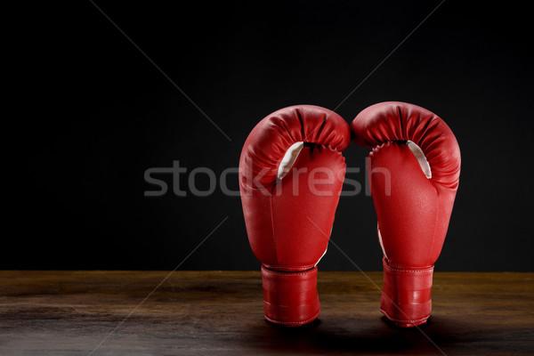b11ae2adf Luvas de boxe tiro vermelho escuro Foto stock © LightFieldStudios