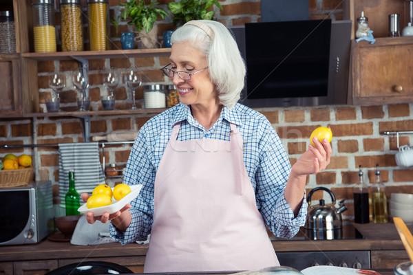 女性 見える レモン キッチン 笑みを浮かべて シニア ストックフォト © LightFieldStudios