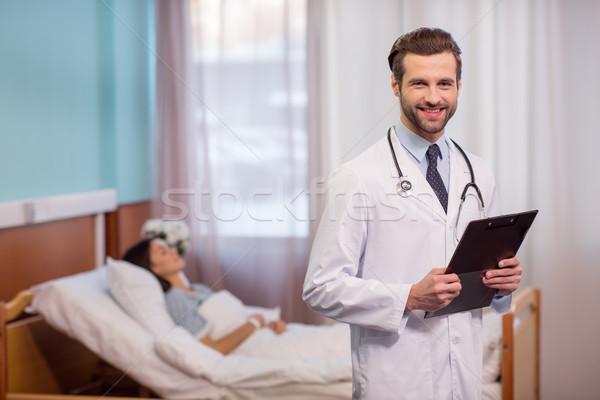 Stock fotó: Orvos · tart · mappa · férfi · orvos · mosolyog · kamera