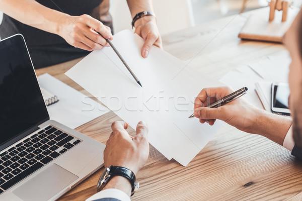 男子 簽字 文書 射擊 女子 顯示 商業照片 © LightFieldStudios
