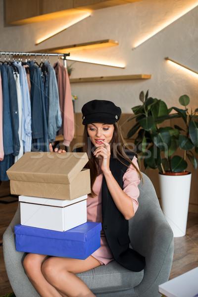 Lány dobozok butik ideges fiatal nő nyitás Stock fotó © LightFieldStudios