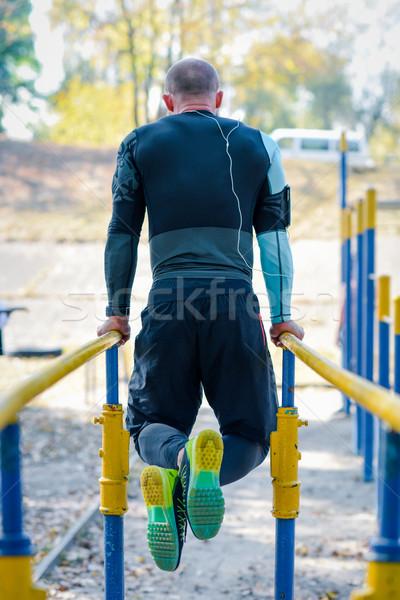 Musculaire homme parallèle bars vue arrière Photo stock © LightFieldStudios