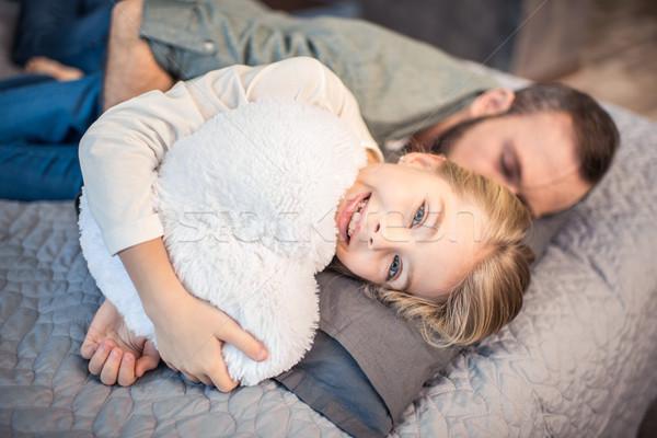 Père fille lit dormir cute souriant Photo stock © LightFieldStudios