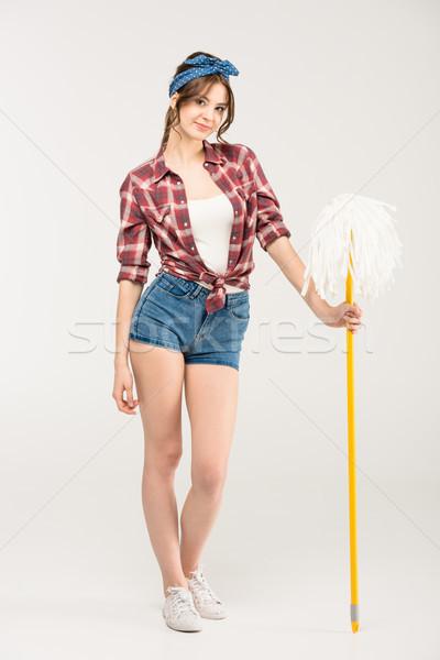 Jeune femme séduisant souriant jeunes ménagère permanent Photo stock © LightFieldStudios