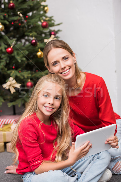 Foto stock: Família · digital · comprimido · árvore · de · natal · sorridente · mãe