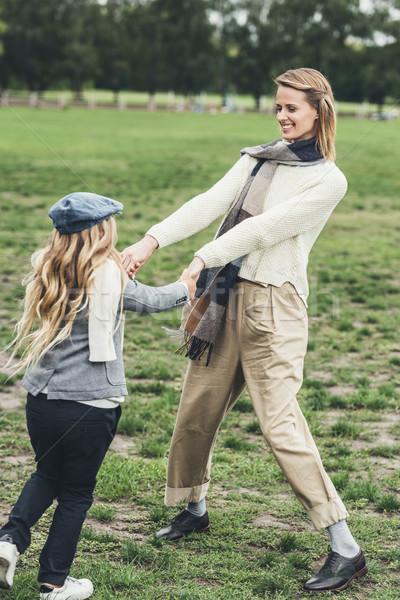 Moeder dochter holding handen stijlvol gelukkig kind Stockfoto © LightFieldStudios