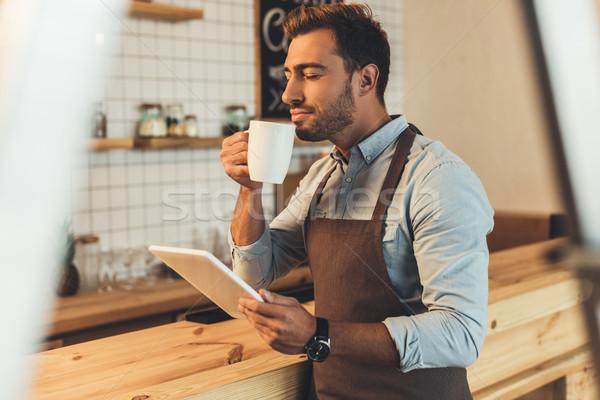 Barista beker koffie tablet zijaanzicht aromatisch Stockfoto © LightFieldStudios