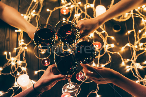 Personnes verres coup quatre personnes vin rouge table en bois Photo stock © LightFieldStudios
