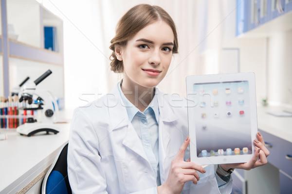Cientista digital comprimido jovem feminino Foto stock © LightFieldStudios