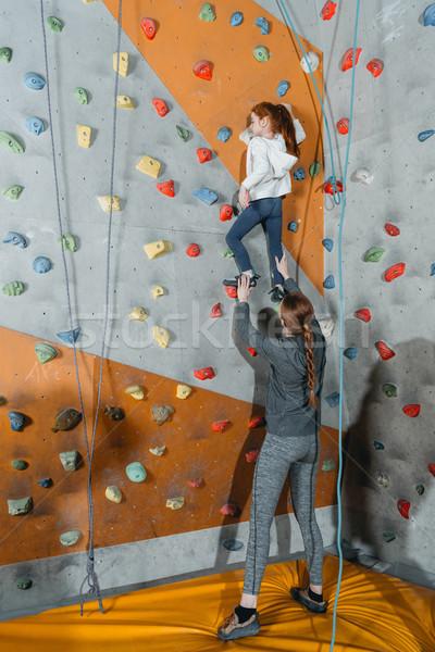 Petite fille escalade mur coup maman fille Photo stock © LightFieldStudios