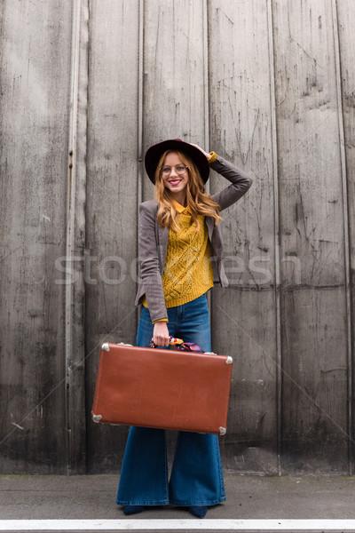Elegancki dziewczyna walizkę atrakcyjny fedora Zdjęcia stock © LightFieldStudios