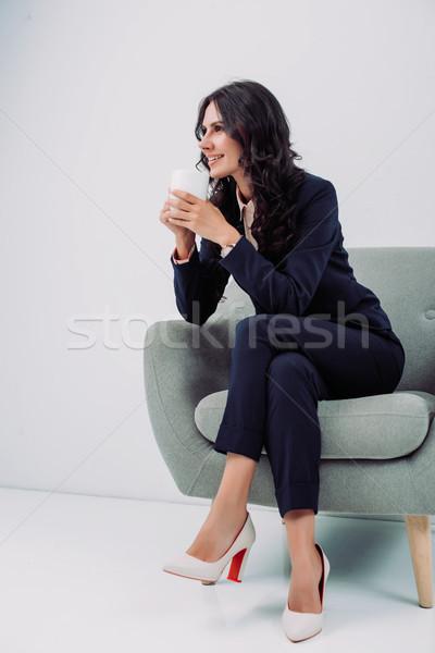 Kobieta interesu kubek gorący napój szczęśliwy młodych posiedzenia Zdjęcia stock © LightFieldStudios