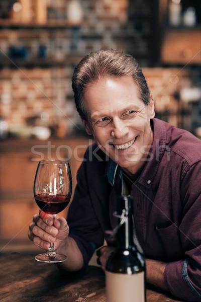 ストックフォト: 男 · 飲料 · ワイン · ハンサム · 笑みを浮かべて