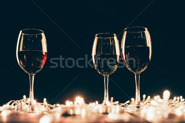 Foto stock: óculos · vinho · três · vinho · tinto · mesa · de · madeira · tabela