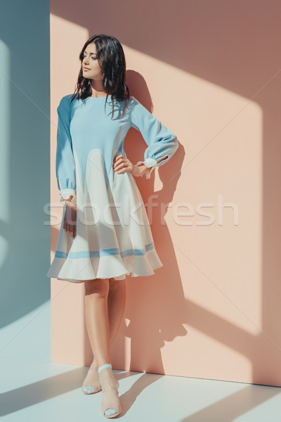 Mujer de moda turquesa vestido mujer hermosa pie Foto stock © LightFieldStudios